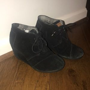 Tom's black heeled bootie